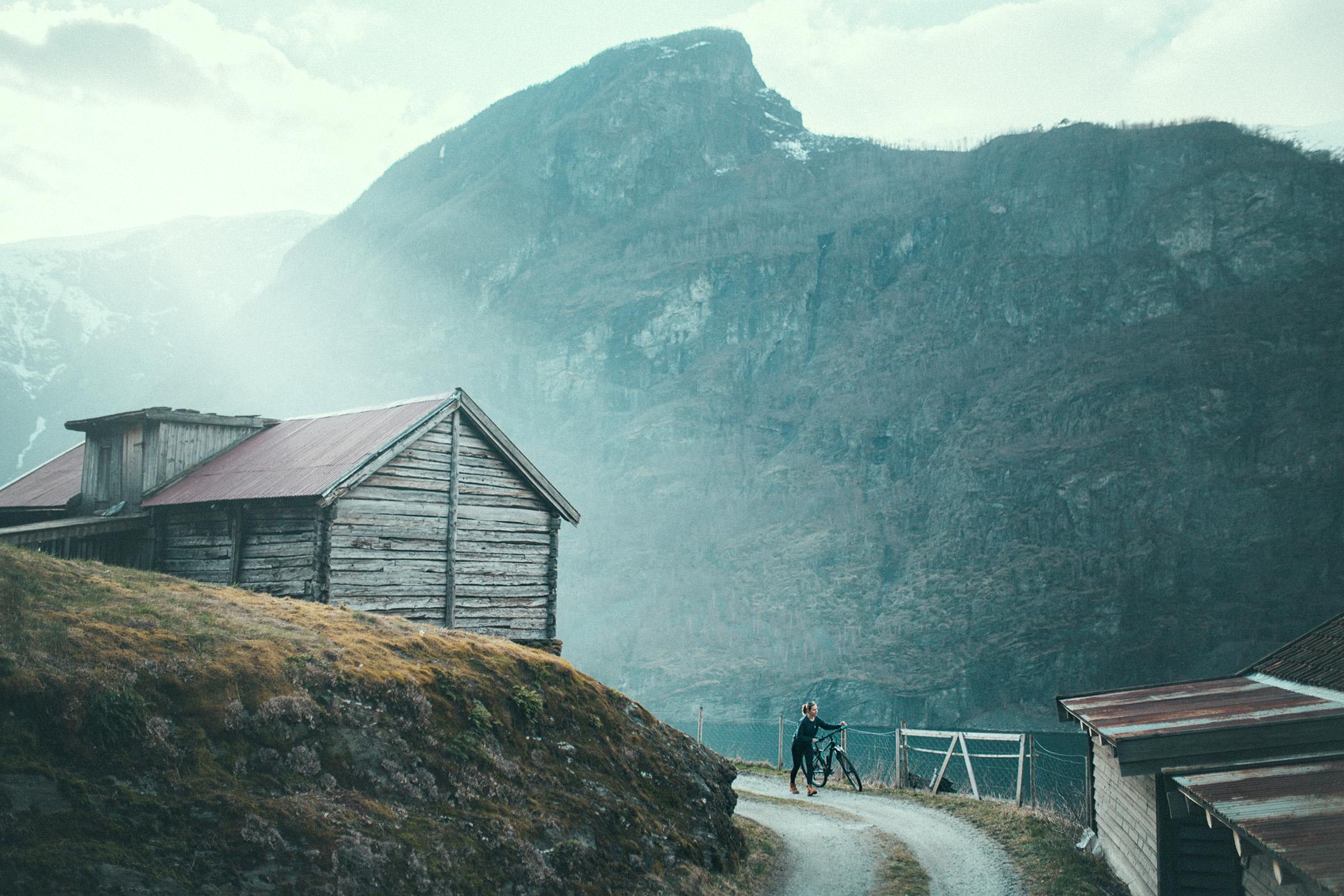 Magda, Otternes o zachodzie, z rowerem Kross