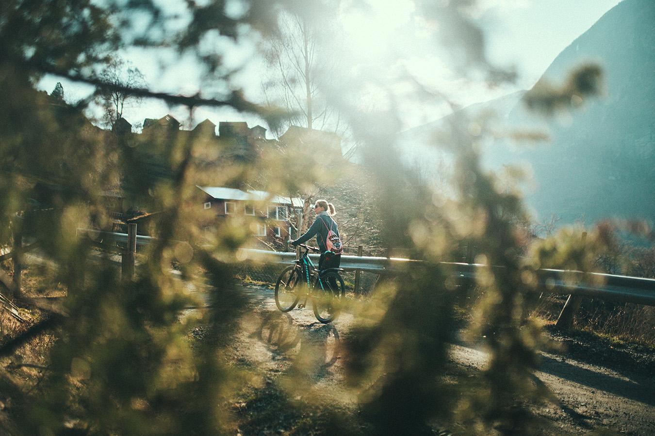 Magda, droga na Otternes, z rowerem Kross