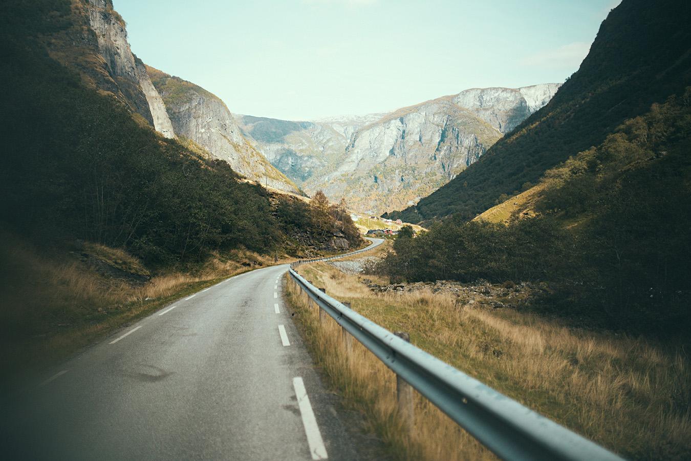 Undredal, droga w dolinie