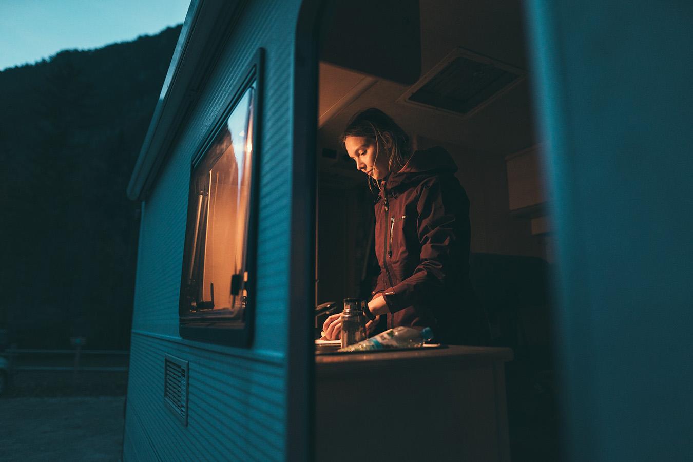Vanlife, kamper, szykowanie jedzenia